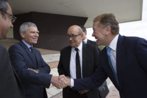 Robert Vassoyan (left), Jacques Biot shaking hands with John Chambers, with Jean-Yves Le Drian in the back. (c) 2016 - Jeremy Barande, Ecole Polytechnique
